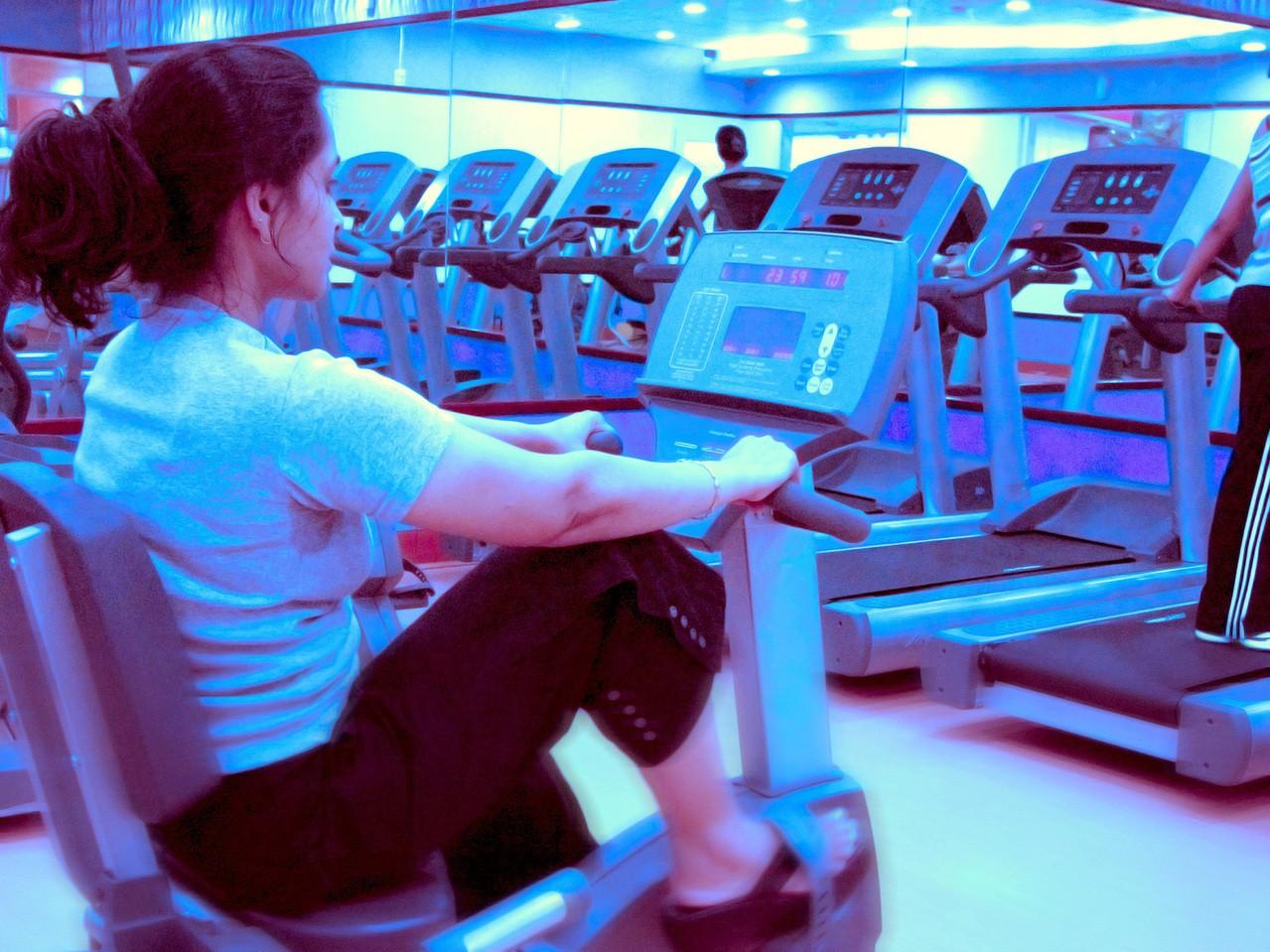 Akcesoria sportowe przydatne na siłowni i w klubie fitness