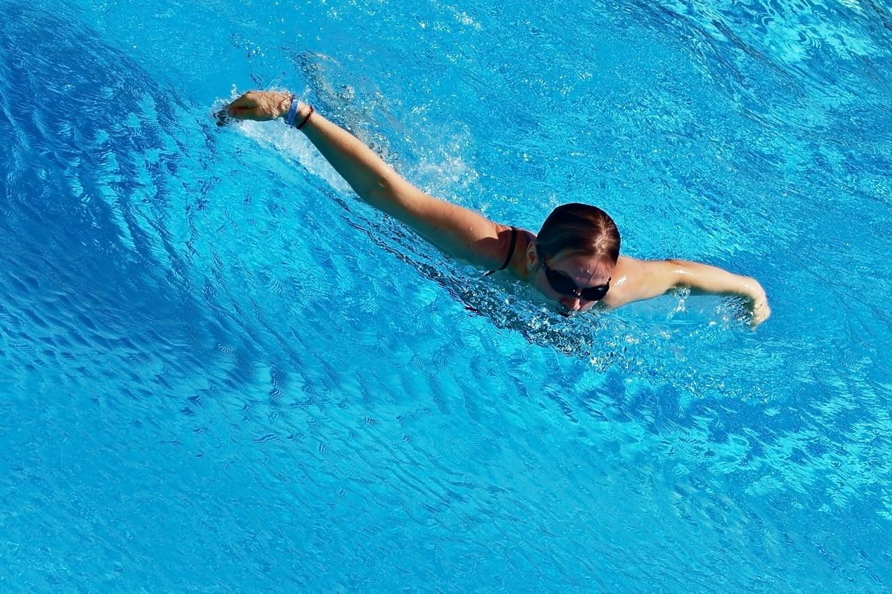 Chodzisz na basen? O te akcesoria sportowe musisz zadbać!